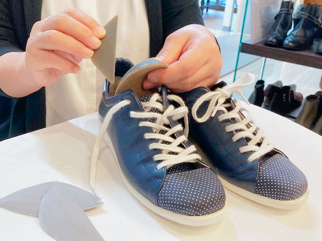 自分サイズの靴にインソールをセットして歩きやすい靴に