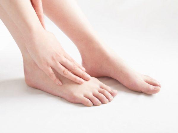 痺れる 親指 足 の が
