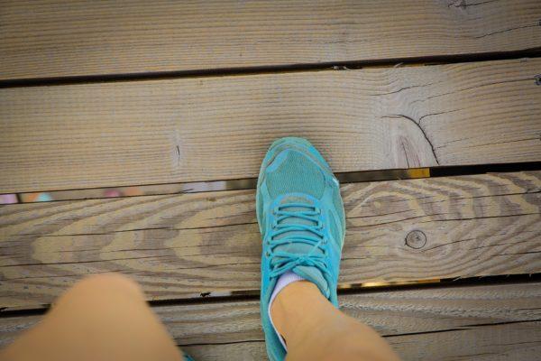 青いスニーカー