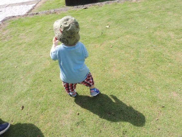 靴を履く赤ちゃん